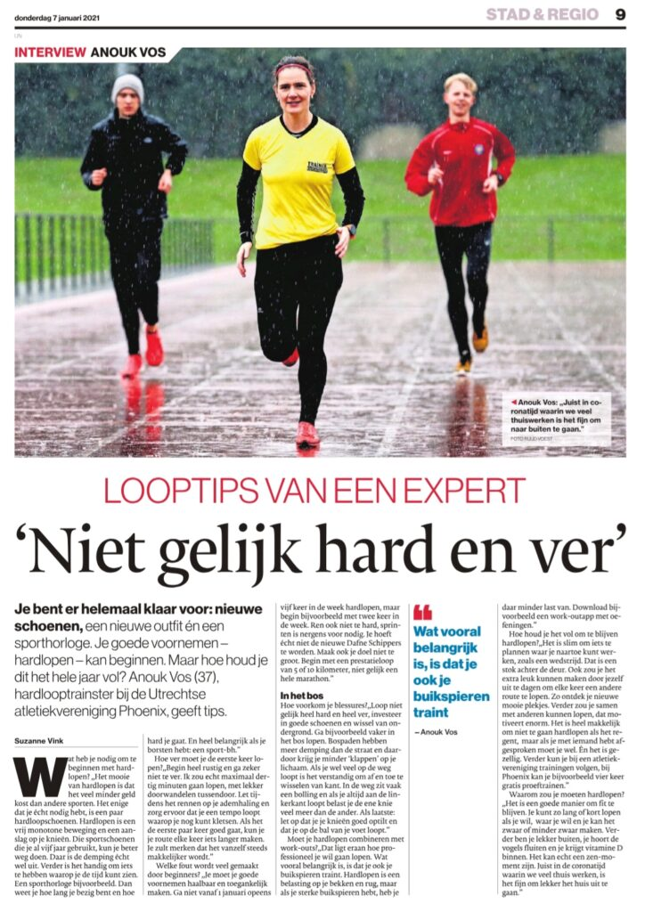 Looptips van een expert: 'Niet gelijk hard en ver' - krantenartikel met Anouk Vos van Phoenix op foto