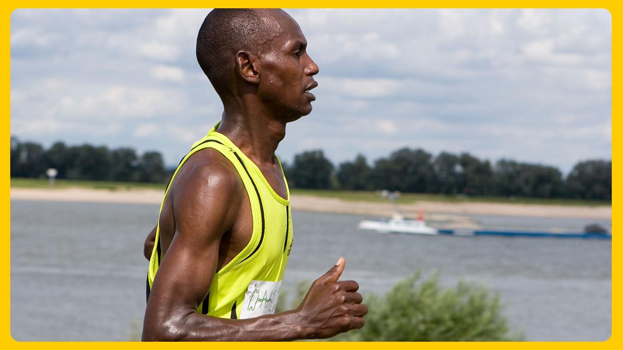 De Keniaanse winnaar van de halve marathon